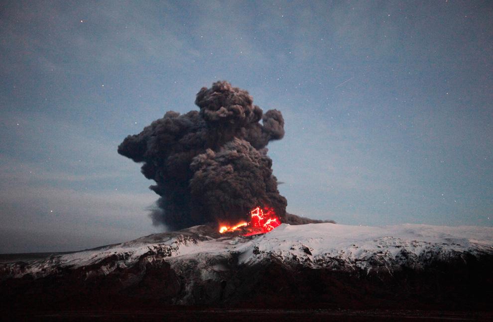 Лава и молния освещают кратер вулкана Эйяфьятлайокудль
