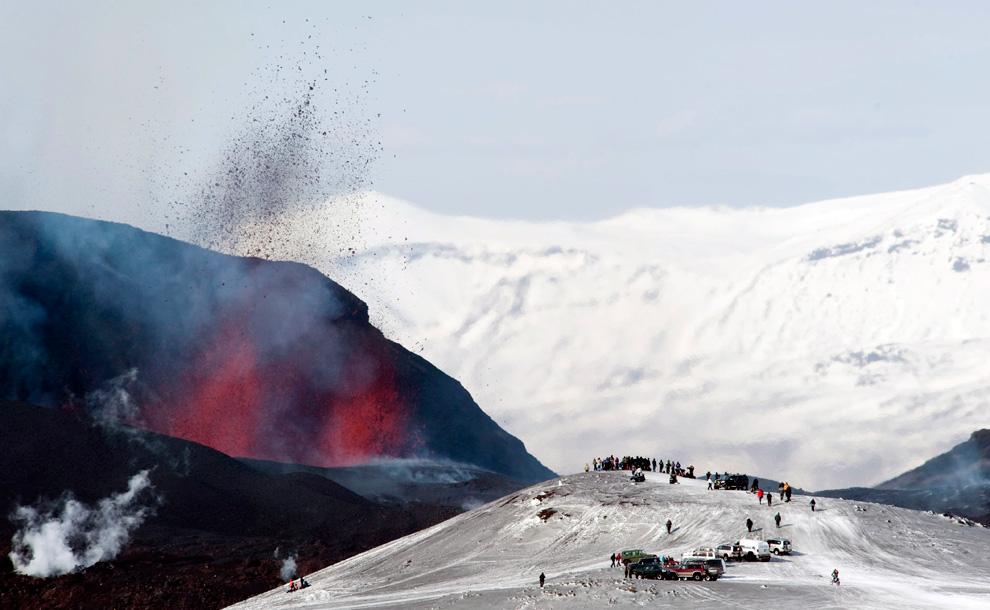 Эйяфьятлайокудль извергает лаву