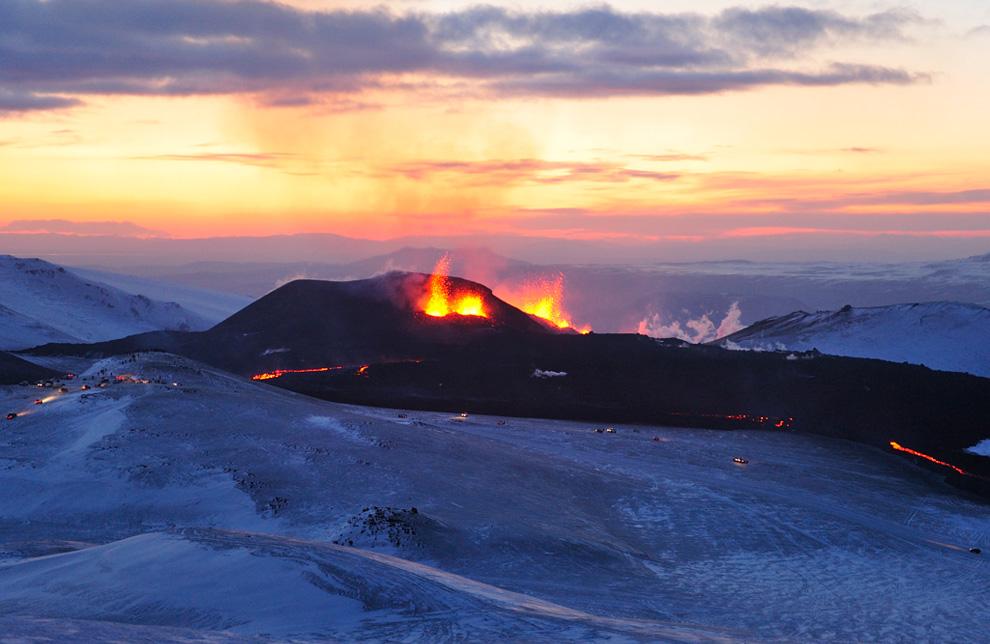 Пар и горячие газы поднимаются над лавой из вулкана Эйяфьятлайокудль