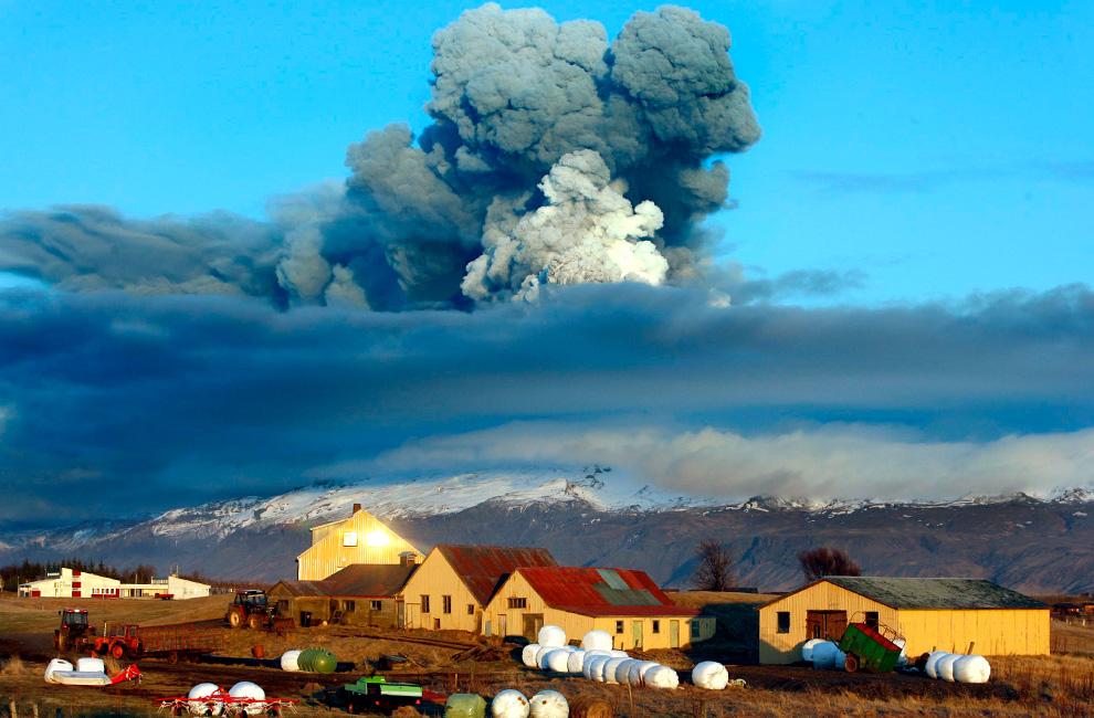 Вулкан у южного ледника Эйяфьятлайокудль посылает пепел в воздух на закате 16 апреля.