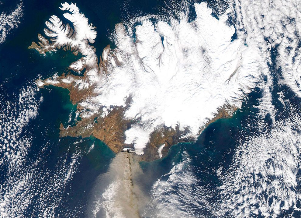 Шлейф пепла тянется от вулкана Эйяфьятлайокудль на юг над северной частью Атлантического океана