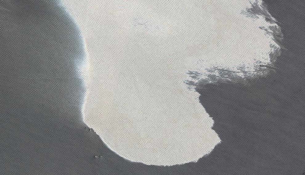 На этом снимке, сделанном со спутника НАСА, можно увидеть нефтяное пятно в Мексиканском заливе, а также несколько кораблей внизу.