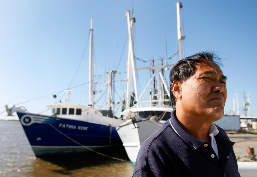 Капитан Майкл Нгайен стоит рядом со своим рыбацким судном в Венеции, штат Луизиана, 29 апреля. Местные рыбаки взволнованы тем, как утечка нефти после катастрофы на нефтяной вышке повлияет на их деятельность.