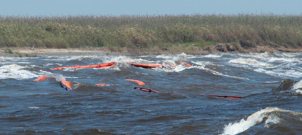 Волны захлестывают боновые заграждения у берега Луизианы 29 апреля.